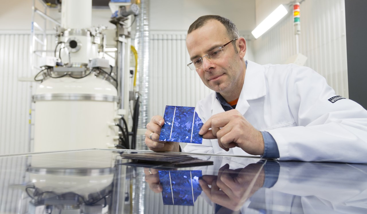 SINTEF researcher Martin Bellmann at the lab, working on recycling of solarcells in a project named EcoSolar. Photo: Thor Nielsen/ SINTEF.